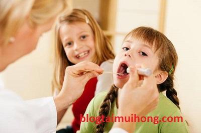 Trẻ em bị sốt do bệnh viêm họng nên làm sao